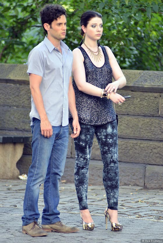 Penn-Badgley-and-Michelle-Trachtenberg-on-the-set-of-Gossip-Girl-season-6-0712